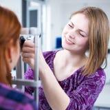 Portret van een jonge mooie optometrist Stock Afbeelding