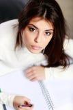 Portret van een jonge mooie peinzende student Royalty-vrije Stock Foto's