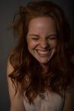 Portret van een jonge, mooie, roodharige vrouw die lacht royalty-vrije stock foto