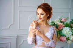 Portret van een jonge mooie roodharige vrouw in een mooie gevoelige kleding royalty-vrije stock fotografie