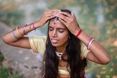 Portret van een jonge mooie traditionele Indische vrouw Royalty-vrije Stock Afbeeldingen