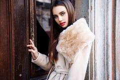 Portret van een jonge mooie vrouw in beige laag, de herfst in openlucht Royalty-vrije Stock Foto
