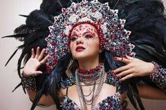 Portret van een jonge mooie vrouw in een creatieve blik De stijl van Carnaval en het dansen royalty-vrije stock foto's
