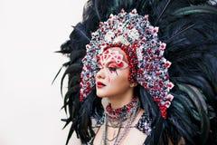 Portret van een jonge mooie vrouw in een creatieve blik De stijl van Carnaval en het dansen stock afbeelding