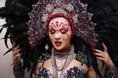 Portret van een jonge mooie vrouw in een creatieve blik De stijl van Carnaval en het dansen royalty-vrije stock foto