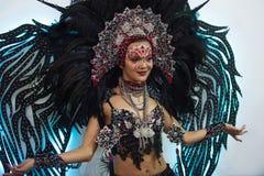 Portret van een jonge mooie vrouw in een creatieve blik De stijl van Carnaval en het dansen royalty-vrije stock fotografie