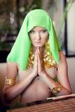 Portret van een jonge mooie vrouw in een gebedpositie Stock Fotografie