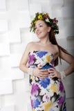 Meisje met een kroon van bloemen Stock Fotografie