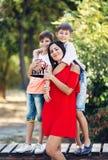 Portret van een jonge mooie vrouw met haar zoon en neef stock afbeelding