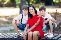 Portret van een jonge mooie vrouw met haar zoon en neef stock foto