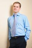 Portret van een jonge nadenkende zakenman stock afbeeldingen