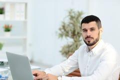 Portret van een jonge onderneemster in modern bureau stock fotografie
