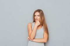 Portret van een jonge peinzende vrouw die camera bekijken royalty-vrije stock fotografie