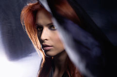Portret van een jonge redhead vrouw in blauwe zijde stock afbeeldingen