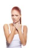 Portret van een jonge redhead vrouw die haar hals houdt Stock Afbeelding
