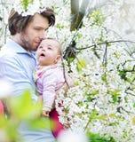 Portret van een jonge vader die zijn dochter knuffelen royalty-vrije stock afbeeldingen