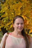 Portret van een jonge vrouw De herfst Stock Foto