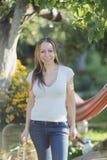 Portret van een jonge vrouw in de tuin royalty-vrije stock foto