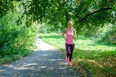 Portret van een jonge vrouw die alleen in het park lopen royalty-vrije stock fotografie