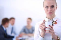 Portret van een jonge vrouw die bij bureau status werken Jonge Vrouw 15 Royalty-vrije Stock Foto