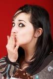 Portret van een jonge vrouw die chocolade eet Stock Foto's