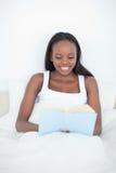 Portret van een jonge vrouw die een boek leest Stock Afbeeldingen