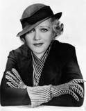 Portret van een jonge vrouw die een hoed en handschoenen dragen (Alle afgeschilderde personen leven niet langer en geen landgoed  stock foto's