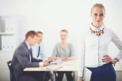 Portret van een jonge vrouw die op kantoor werken die zich met omslag bevinden Portret van een jonge vrouw Bedrijfs vrouw - 2 Royalty-vrije Stock Afbeeldingen