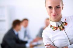 Portret van een jonge vrouw die op kantoor werken die zich met omslag bevinden Portret van een jonge vrouw Bedrijfs vrouw - 2 Stock Fotografie