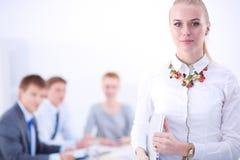 Portret van een jonge vrouw die op kantoor werken die zich met omslag bevinden Portret van een jonge vrouw Bedrijfs vrouw - 2 Royalty-vrije Stock Foto's