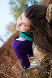 Portret van een jonge vrouw die op logboek ligt Royalty-vrije Stock Foto's