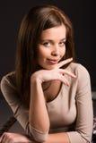Portret van een jonge vrouw die u met kin bekijken Royalty-vrije Stock Foto