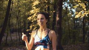 Portret van een jonge vrouw die zich in het bos bevinden stock video