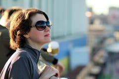 Portret van een jonge vrouw die zonglazen dragen stock afbeelding
