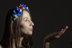 Portret van een jonge vrouw in een kroon van bloemen Stock Foto
