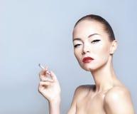 Portret van een jonge vrouw in een mooie make-up Stock Afbeeldingen