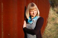 Portret van een jonge vrouw openlucht Stock Afbeeldingen
