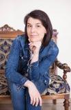 Portret van een jonge vrouw in het binnenland Emoties van oplettendheid, ernst royalty-vrije stock fotografie