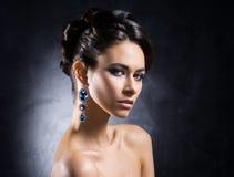 Portret van een jonge vrouw in juwelen Royalty-vrije Stock Afbeelding