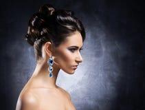 Portret van een jonge vrouw in kostbare juwelen Stock Afbeeldingen