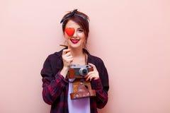 Portret van een jonge vrouw met camera en stuk speelgoed stock foto's
