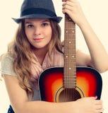 Portret van een jonge vrouw met een gitaar Stock Fotografie