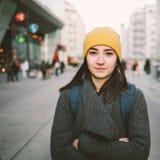 Portret van een jonge vrouw met gevouwen wapens royalty-vrije stock fotografie