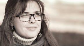 Portret van een jonge vrouw met glazen Stock Afbeeldingen