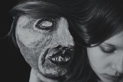 Portret van een jonge vrouw met griezelig theatraal masker Stock Foto