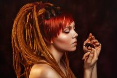 Portret van een jonge vrouw met kakkerlakken stock fotografie
