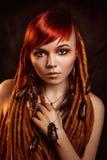 Portret van een jonge vrouw met kakkerlakken stock afbeelding