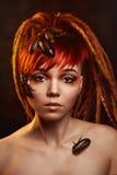 Portret van een jonge vrouw met kakkerlakken stock foto