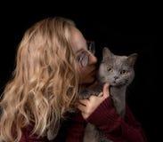 Portret van een jonge vrouw met een kat stock afbeelding
