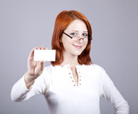 Portret van een jonge vrouw met lege witte kaart Royalty-vrije Stock Foto's